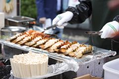 一个人准备在街道上的海鲜,街道食物汉城,韩国 免版税图库摄影