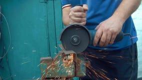 一个人切开与一把电锯的金属 股票录像