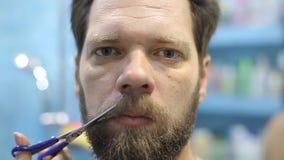 一个人切开他的有剪刀的髭 影视素材