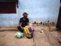 一个人卖塑料晒衣架在沿一条街道的一条边路在安蒂波洛市 图库摄影