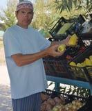一个人卖水果和蔬菜 免版税库存图片