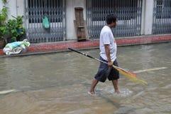 一个人去钓鱼在曼谷,泰国一条被充斥的街道, 2011年11月30日 免版税库存图片