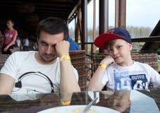 一个人和一个男孩由桌 在晚餐以后的两个人 图库摄影