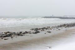 一个人和一场风暴在波摩莱,保加利亚, 12月31日 免版税库存照片
