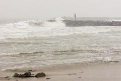 一个人和一场风暴在波摩莱,保加利亚, 12月31日 免版税库存图片