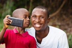 一个人和他的孩子的特写镜头,愉快 图库摄影
