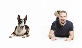 一个人和他的牧羊犬的情感友谊的画象,人和动物概念和关心  图库摄影