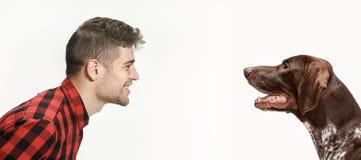 一个人和他的狗的情感友谊的画象,人和动物概念和关心  免版税图库摄影