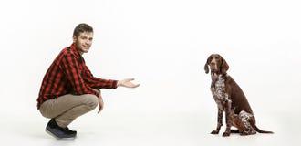 一个人和他的狗的情感友谊的画象,人和动物概念和关心  免版税库存图片