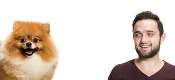 一个人和他的狗的情感友谊的画象,人和动物概念和关心  免版税库存照片