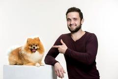 一个人和他的狗的情感友谊的画象,人和动物概念和关心  库存照片