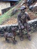 一个人和他的狗的雕塑,由枝杈制成 免版税库存照片