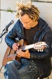 一个人和吉他 免版税库存照片