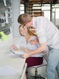 一个人和女孩在办公室考虑一个经营计划 免版税库存图片