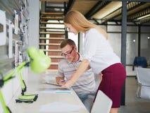 一个人和女孩在办公室考虑一个经营计划 库存照片