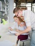 一个人和女孩在办公室考虑一个经营计划 免版税库存照片