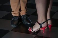 一个人和妇女跳舞的美好的阶段在地板上 免版税库存照片