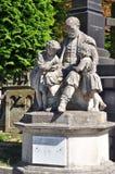 一个人和孩子,公墓的雕塑 免版税图库摄影