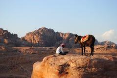 一个人和他的骆驼在Petra,约旦 免版税库存图片