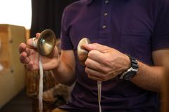 一个人在一个乐器使用 对手的重点 免版税库存照片