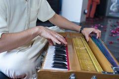 一个人在一个乐器使用 对手的重点 库存照片