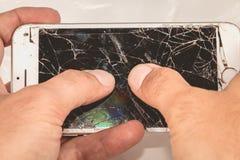 一个人在他的手上举行一iphone苹果计算机公司6S  库存图片