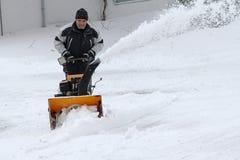 一个人在冬天清除雪 免版税库存照片