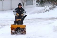 一个人在冬天清除雪 库存照片