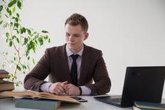 一个人在办公室工作在计算机业务干事 免版税库存图片
