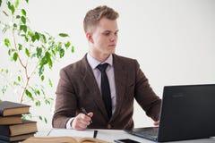 一个人在办公室工作在计算机业务干事 图库摄影