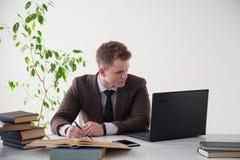 一个人在办公室工作在计算机业务干事 免版税库存照片