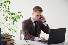 一个人在办公室工作在计算机业务干事 免版税图库摄影