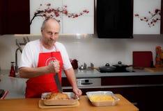 一个人在厨房里烹调 免版税图库摄影