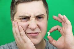 一个人在去除智齿以后 去除第八颗牙的操作 库存照片