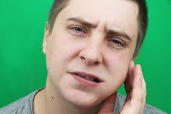 一个人在去除智齿以后 去除第八颗牙的操作 库存图片