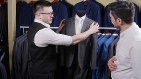 一个人在商店买衣服 股票录像