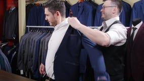 一个人在商店买衣服 股票视频