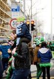 一个人在圣帕特里克` s天ParadeÂ拿着他的肩膀的女儿在都伯林,爱尔兰, 2015年3月18日 免版税库存图片