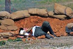 一个人在地面上放置 第一世界大战争斗再制定 图库摄影
