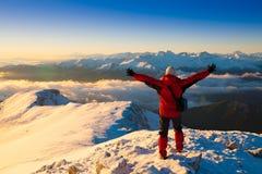 一个人在山日落冬天 唯一 圣诞节 图库摄影