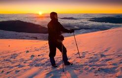 一个人在山日落冬天 唯一 圣诞节 免版税图库摄影