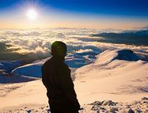 一个人在山日落冬天 唯一 圣诞节 免版税库存照片