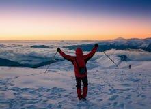 一个人在山日落冬天 唯一 圣诞节 库存图片