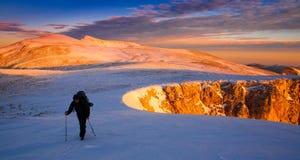 一个人在山日落冬天 唯一 圣诞节 库存照片