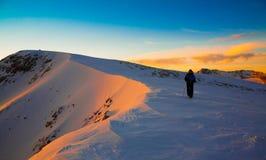 一个人在山日落冬天 唯一 圣诞节 免版税库存图片