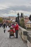 一个人在手摇风琴使用在查理大桥在布拉格 免版税库存图片
