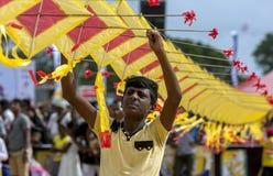 一个人在斯里兰卡帮助拿着在Negombo海滩的日本风筝 库存图片