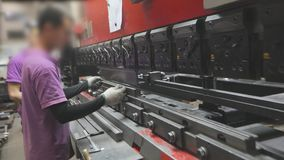 一个人在机器工作 工作在一个水力机器的亚裔人 影视素材