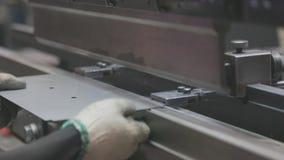一个人在机器工作 工作在一个水力机器的亚裔人 股票录像