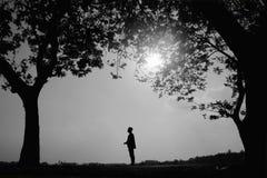 一个人在树下 免版税库存图片
